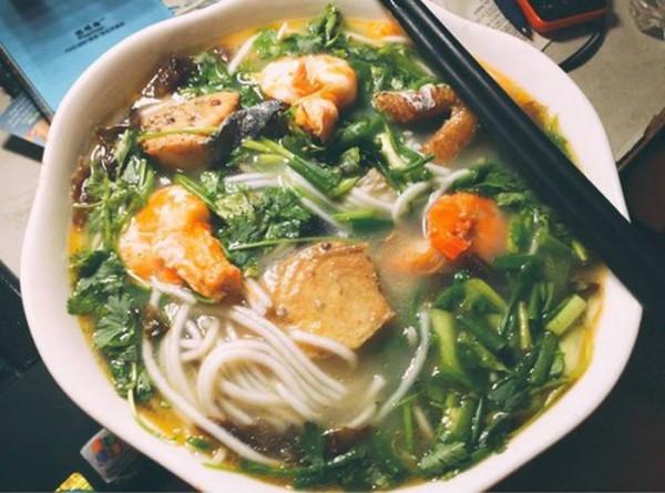 Ở Đồng Hới (Quảng Bình), cháo canh là món ăn quen thuộc mà bạn dễ dàng tìm thấy ở nhiều hàng quán.