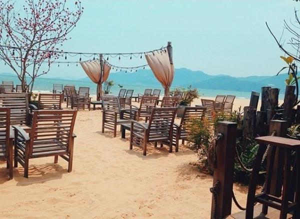 Quán cafe trên bãi biển Surf Bar