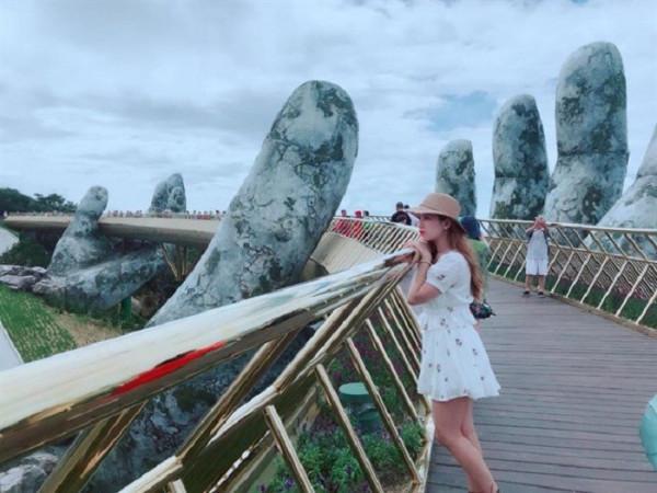 Cây cầu với bàn tay khổng lồ