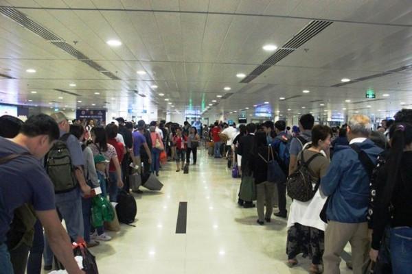 Hành khách chờ làm thủ tục ở nhà ga quốc nội