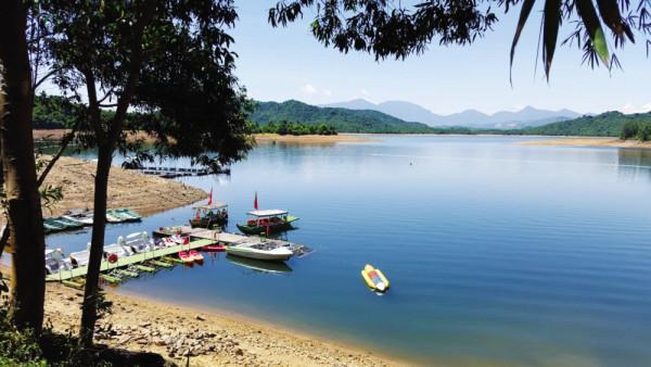 """Hồ Phú Ninh được người dân yêu mến, gọi bằng cái tên thân thương """"Hòn ngọc xanh"""""""