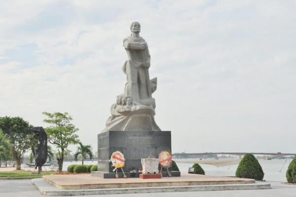 Bến đò và tượng đài Mẹ Suốt