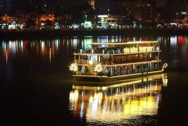 Ngồi du thuyền ngắm sông Hàn về đêm