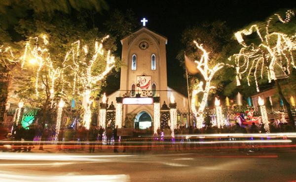 Nhà thờ Hàm Long là địa điểm check-in hấp dẫn trong mùa Noel