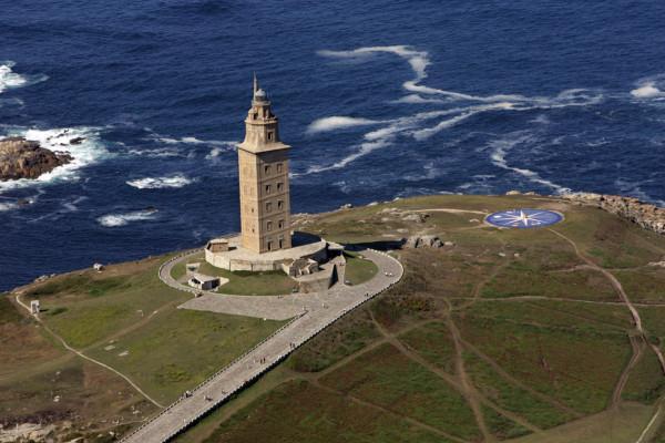 Ngọn hải đăng cao 55m và hướng ra bờ biển phía Bắc Đại Tây Dương