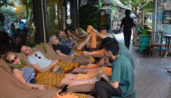 Massage ngay ngoài đường!