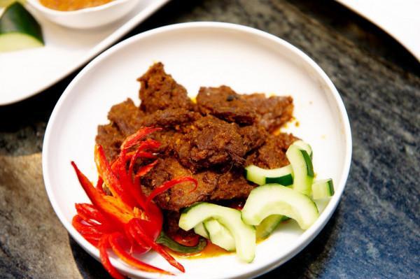 Thịt bò rendang và sambal