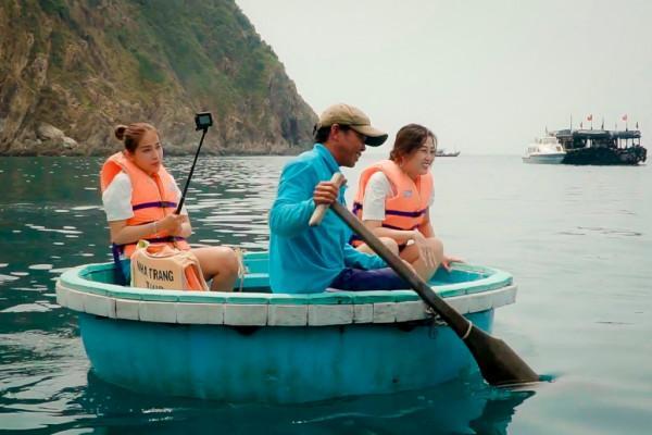 Chèo thuyền thúng ngắm san hô ở bãi Nhà Cũ1