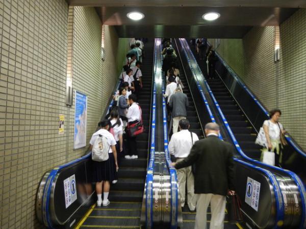 Đi thang cuốn thường đứng bên trái.