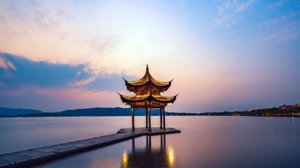 Ngắm trăng Tây Hồ ở Hàng Châu.