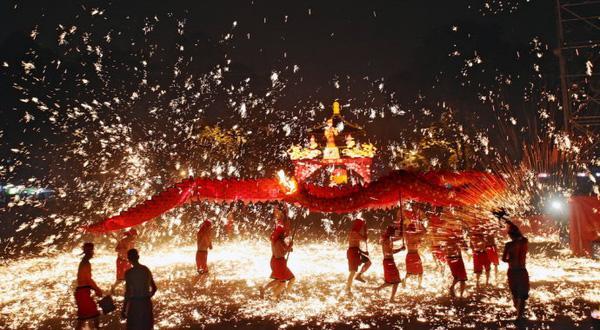 Rước rồng lửa tại Hồng Kông.