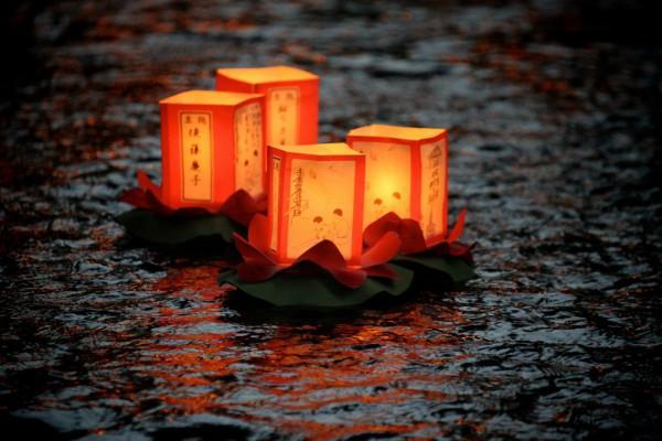 Thả đèn trên sông tại chùa cầu Nhật Bản.