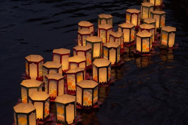 Thả đèn trên sông tại chùa cầu Nhật Bản.1