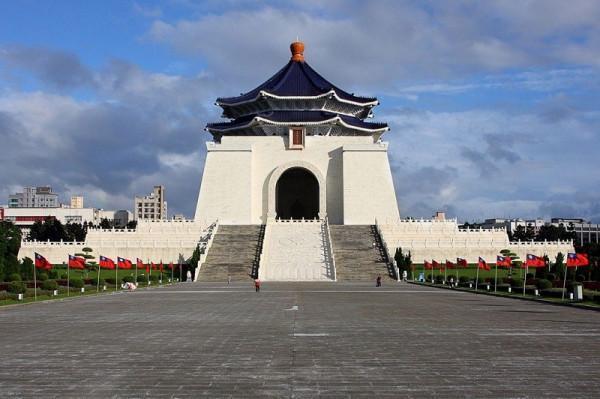 Xem lễ hạ cờ tại Đài tưởng niệm Dương Trung Sơn