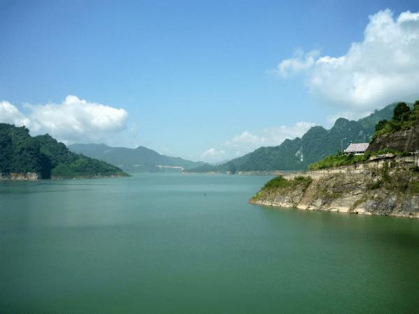 Hồ Thác Bà1