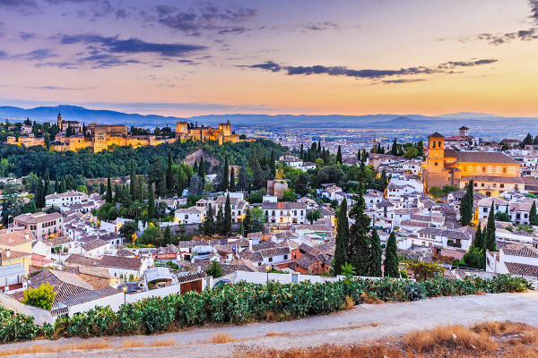 Granadan kaupunki ja Alhambran linnoitus. Kuva: Sorin Colac / Shutterstock