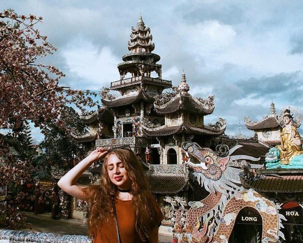 Cùng SANVEMAYBAY khám phá chùa Ve Chai Đà Lạt