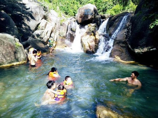 Du-khách-tắm-thác-ở-Suối-Đá-Vũng-Tàu-1200x900