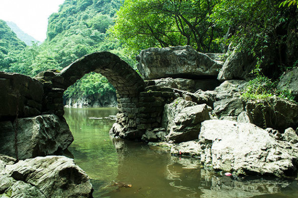 cay-cau-da-duoc-nguoi-dan-dung-len-tao-diem-nhan-cho-buc-tranh-thuy-mac-1445997551